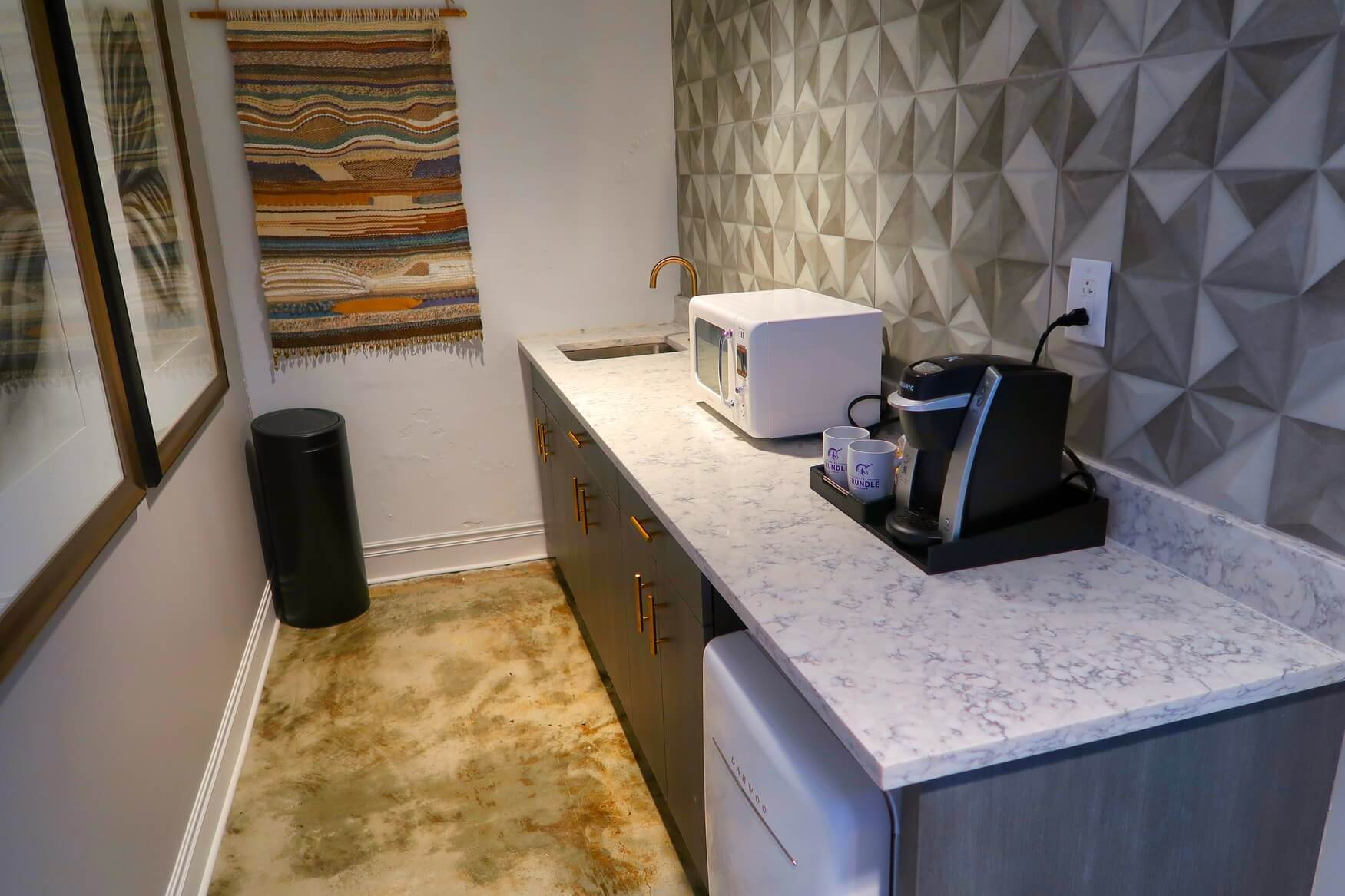 Hotel Trundle Kitchenette - Unicorn Suite